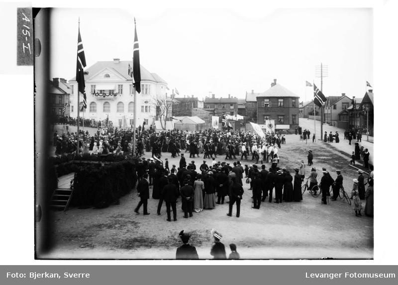 Fra torget under 100 års jubileet for  Fra grunnlovsjubileet 17 mai i 1914.