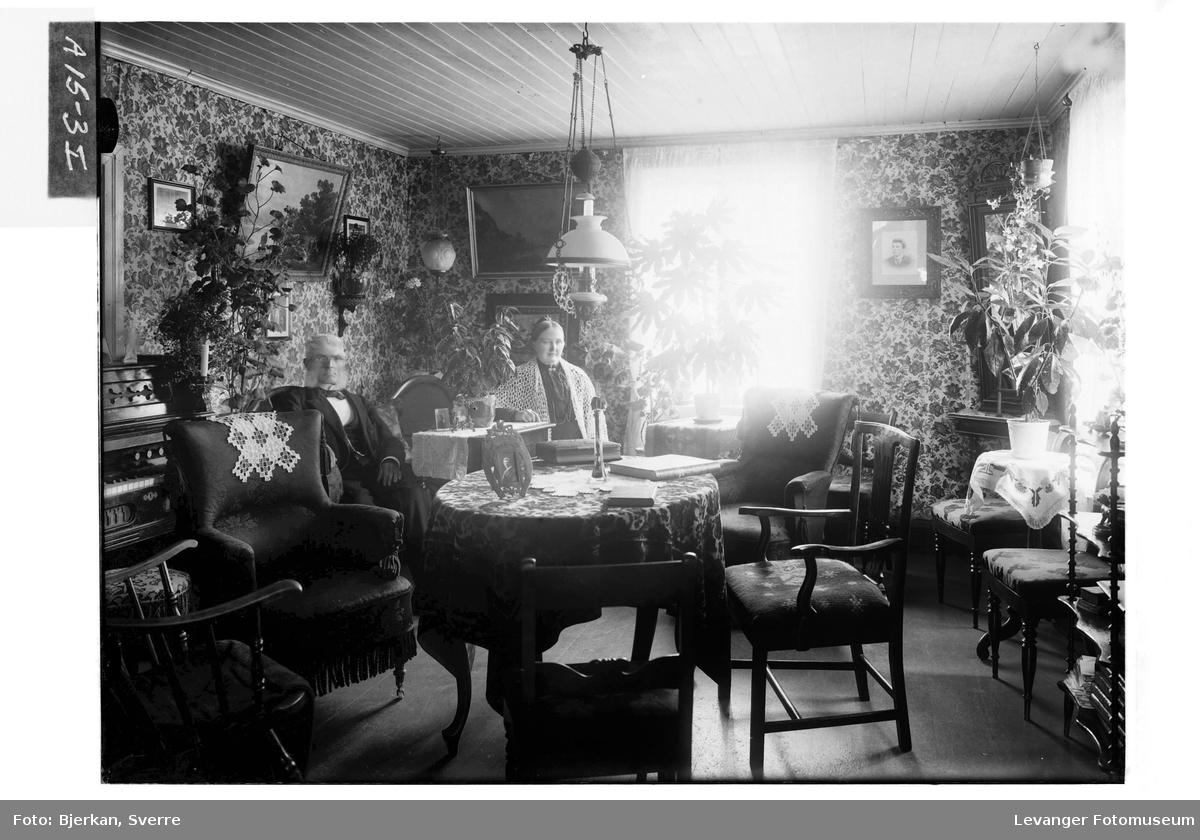 Mann og kvinne fotografert i stua.