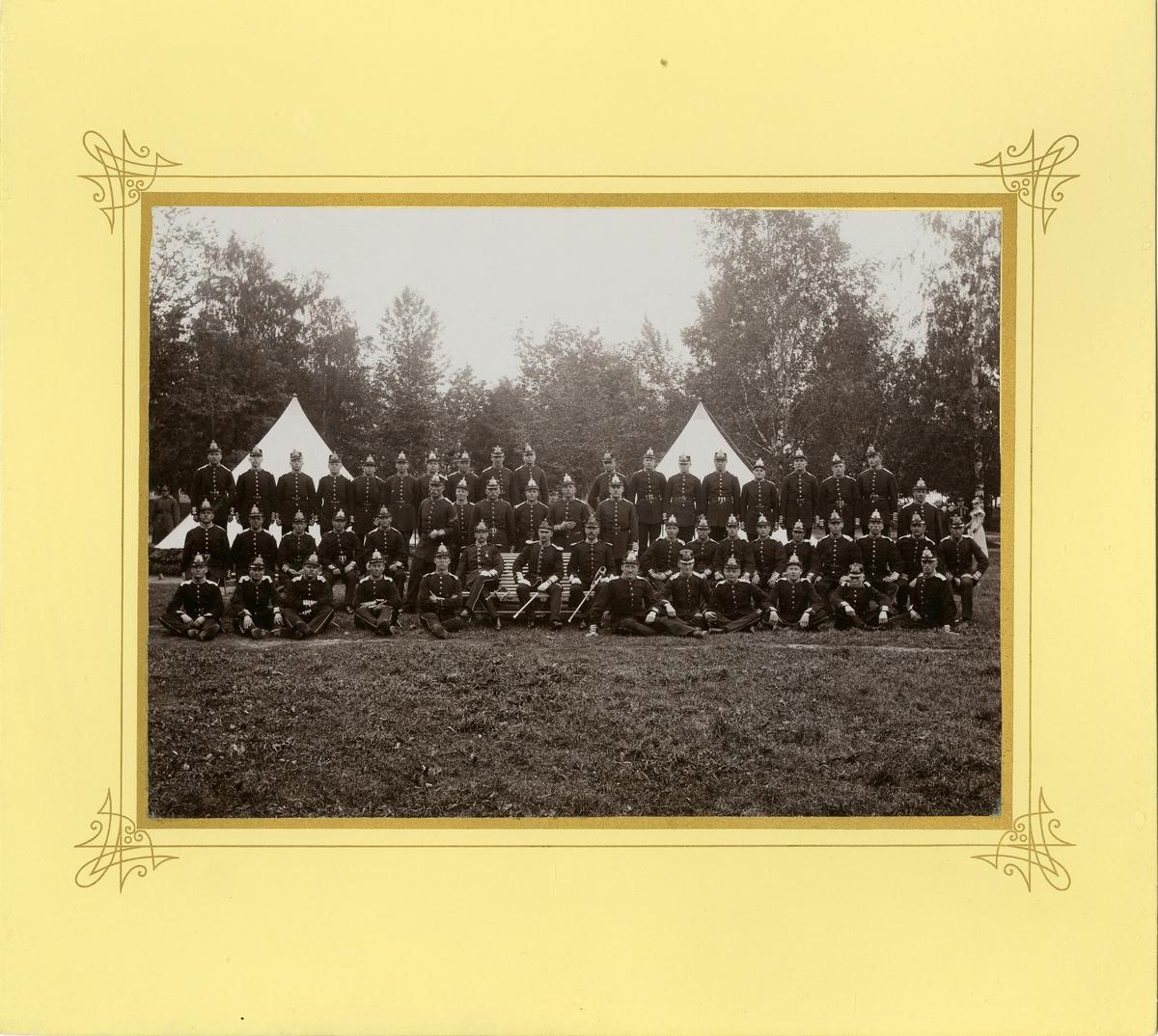 Grupporträtt av officerare och soldater vid Livregementets grenadjärer I 3 omkring 1900.