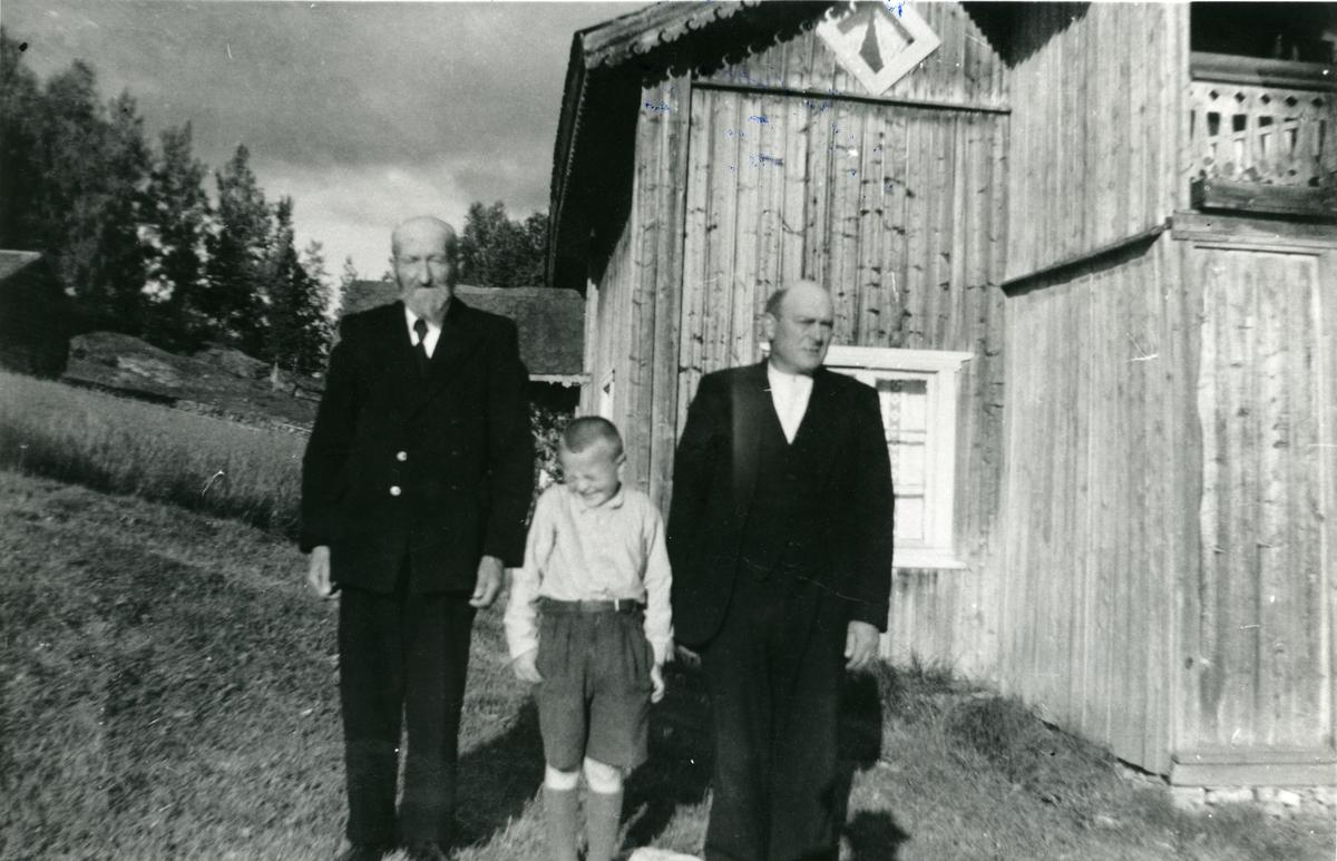 Tre generasjoner Nerødegård utenfor våningshuset.