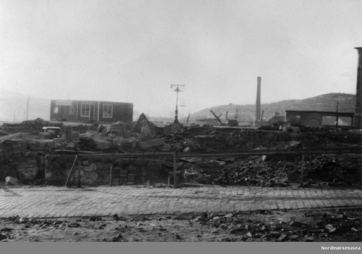 kristiansund i ruiner 1940. flott stolpe. nye brakker.  Nordmøre museums fotosamling