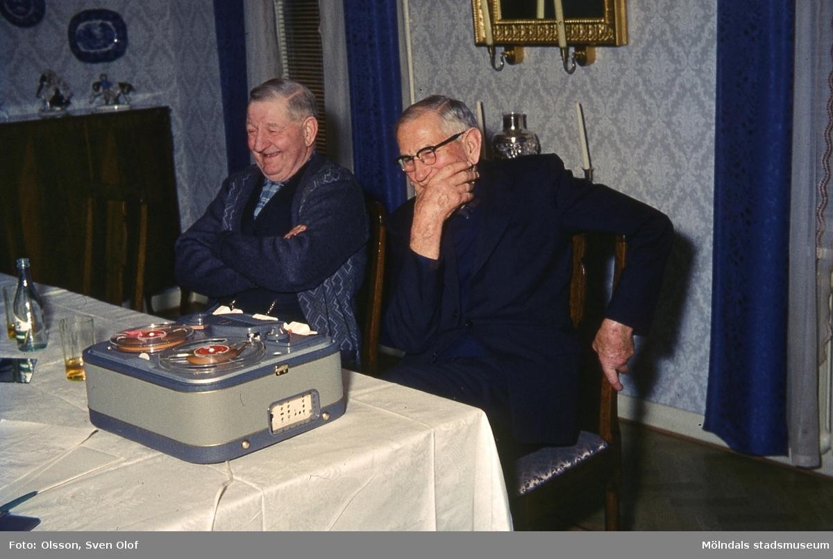 Axel Andersson, Torsgården, och hans svåger Gustav Johansson, Eklanda, intervjuas av Sven Olof Olsson. Torsgården i Fässberg, Mölndal, år 1965. F 1:16.