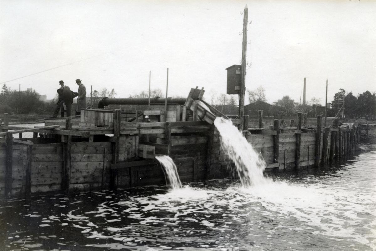 Slottsfjärden i Kalmar töms på vatten inför den arkeologiska utgrävningen 1932-1934.