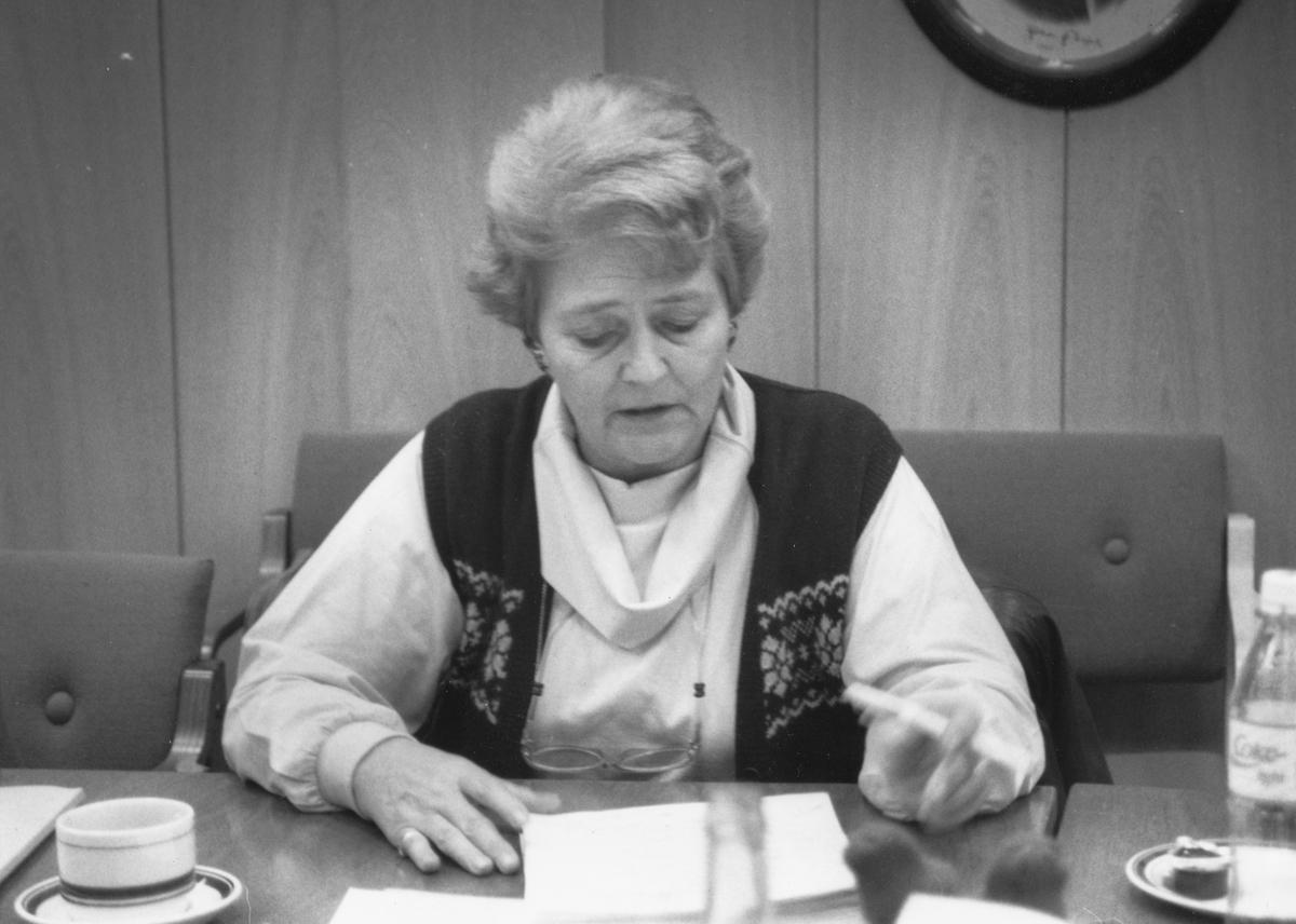 Portrett av en kvinnelig politiker. Formannskapsmøte i Ski om skolehusgrenser.