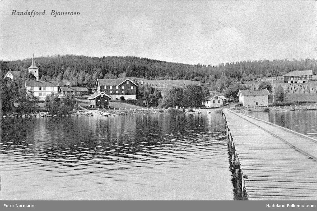 Dampskipsbrygga utenfor Bjoneroa med Sørum kirke og landhandel.