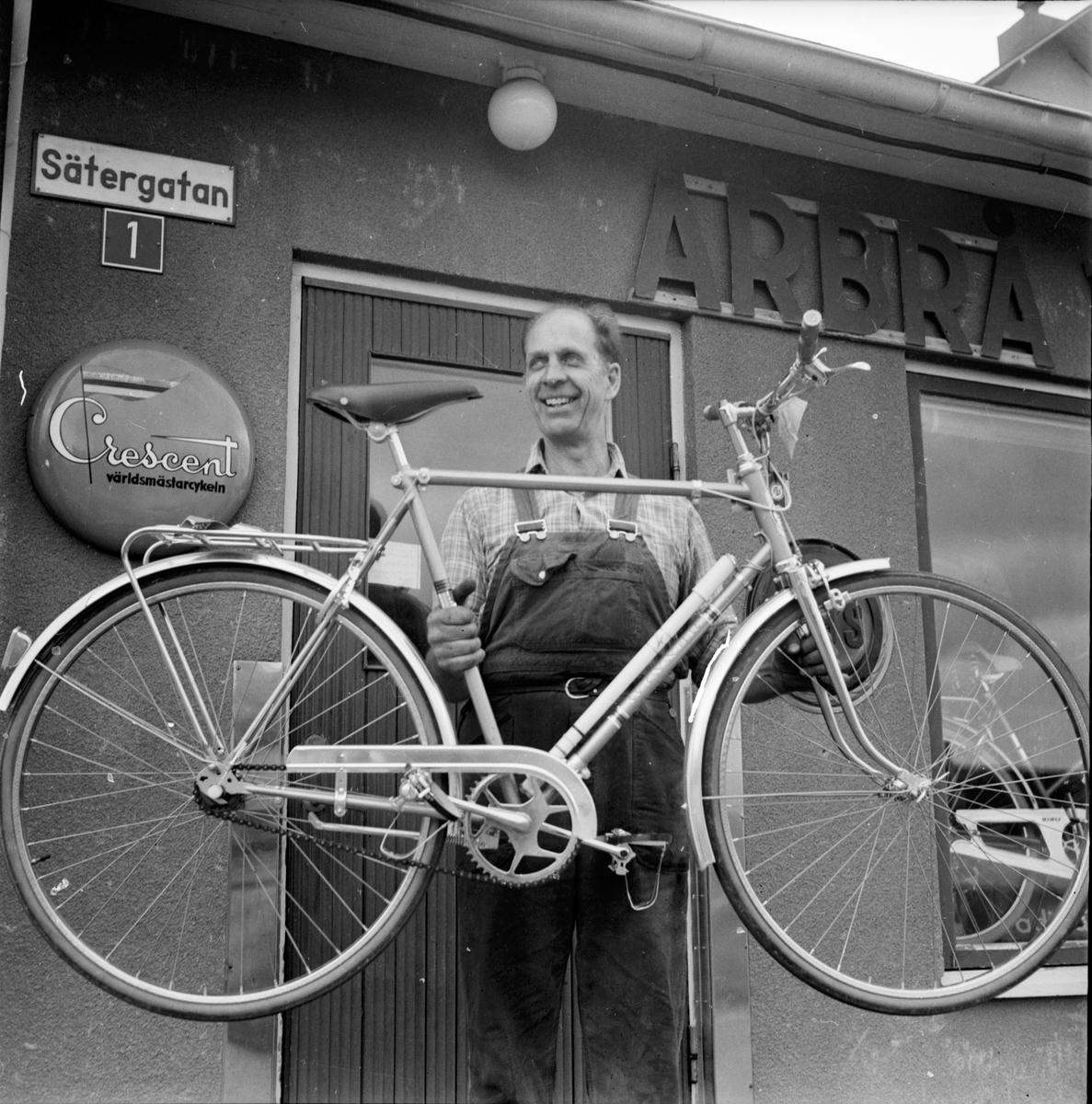 Arbrå, Kurt Thalin med cykel, Juli 1970