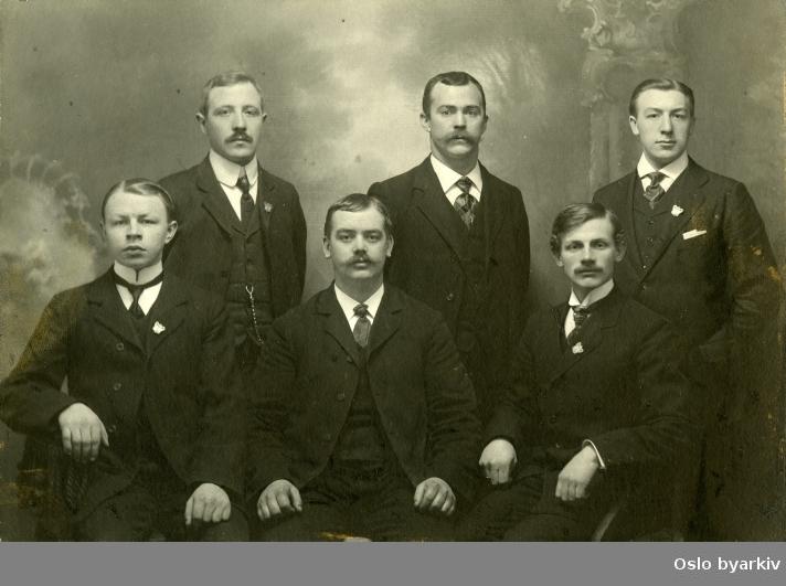 Gruppebilde av det første styret i daværende fagforeningens turn og idrettsforening. Nåværdene Sportsklubben 1909