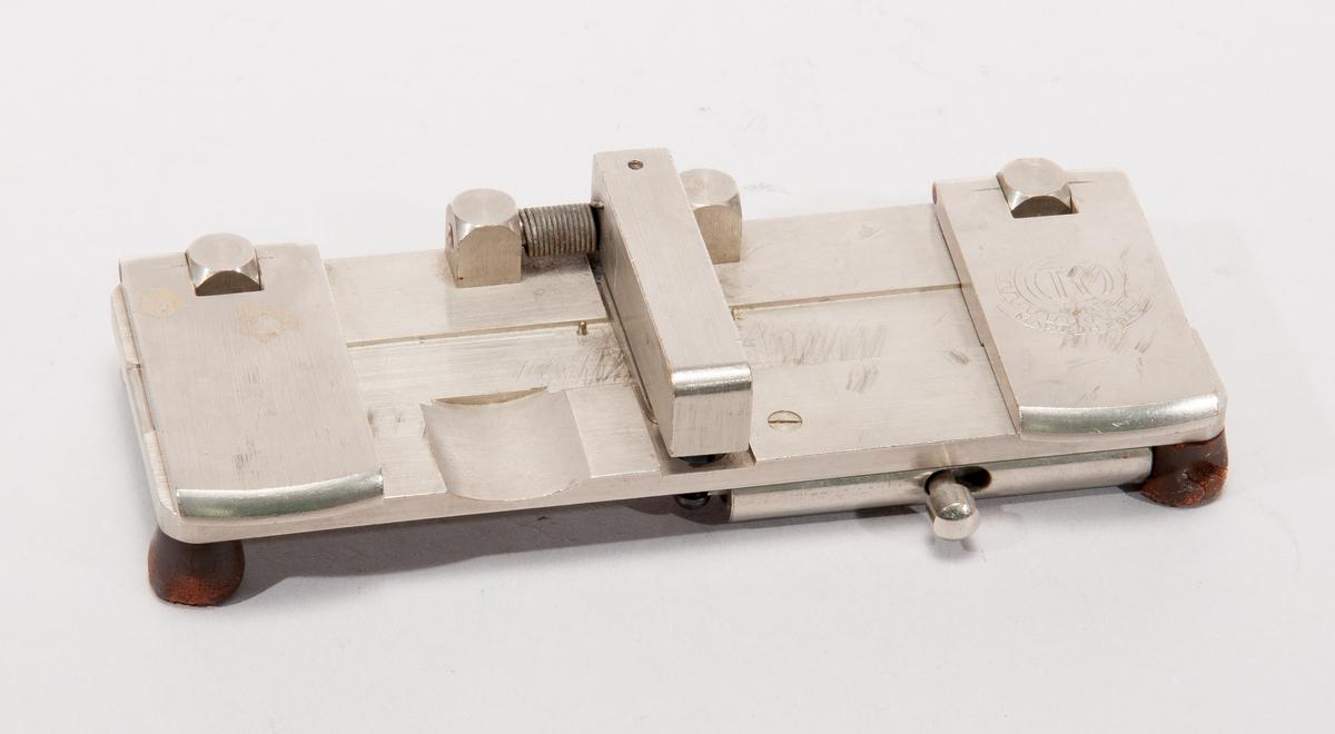 Skarvapparat för 16 mm film. Märkning TM made in france, IDHEC, 53.