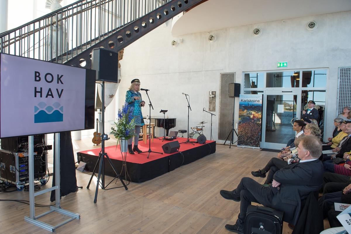 Bok och Hav: En internationell litteraturfestival 12 - 14 maj 2017 invigdes i galjonshallen på Marinmuseum i Karlskrona. Medverkande är författare, poeter, översättare m fl. Författaren Katarina Mazetti, stadsbudskårens representant, initiativtagare till litteraturfestivalen Bok & Hav i Karlskrona.