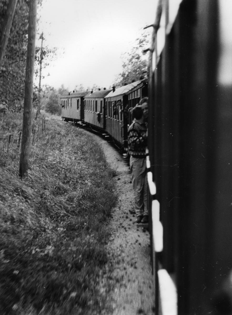 Et av de siste ordinære driftsdag på Aurskog-Hølandbanen. Mange reisende.