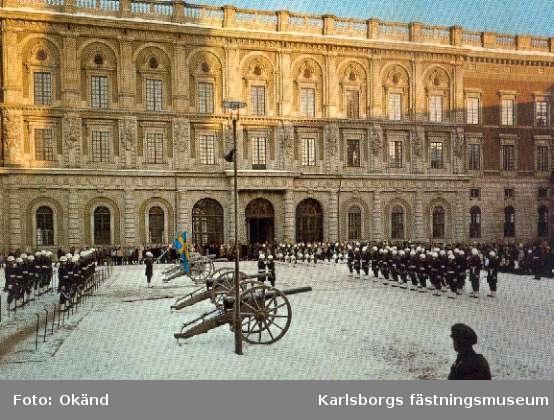 Stockholms slott, högvakt 1982. Fanförare Anders Fredholm, vaktchef Sten Hultgren. Vykort.