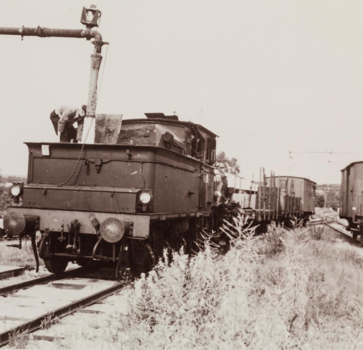 Vannfylling på damplokomotiv type 21 på Skotterud stasjon. Toget trafikkerer Vestmarkalinjen, Skotterud-Vestmarka.
