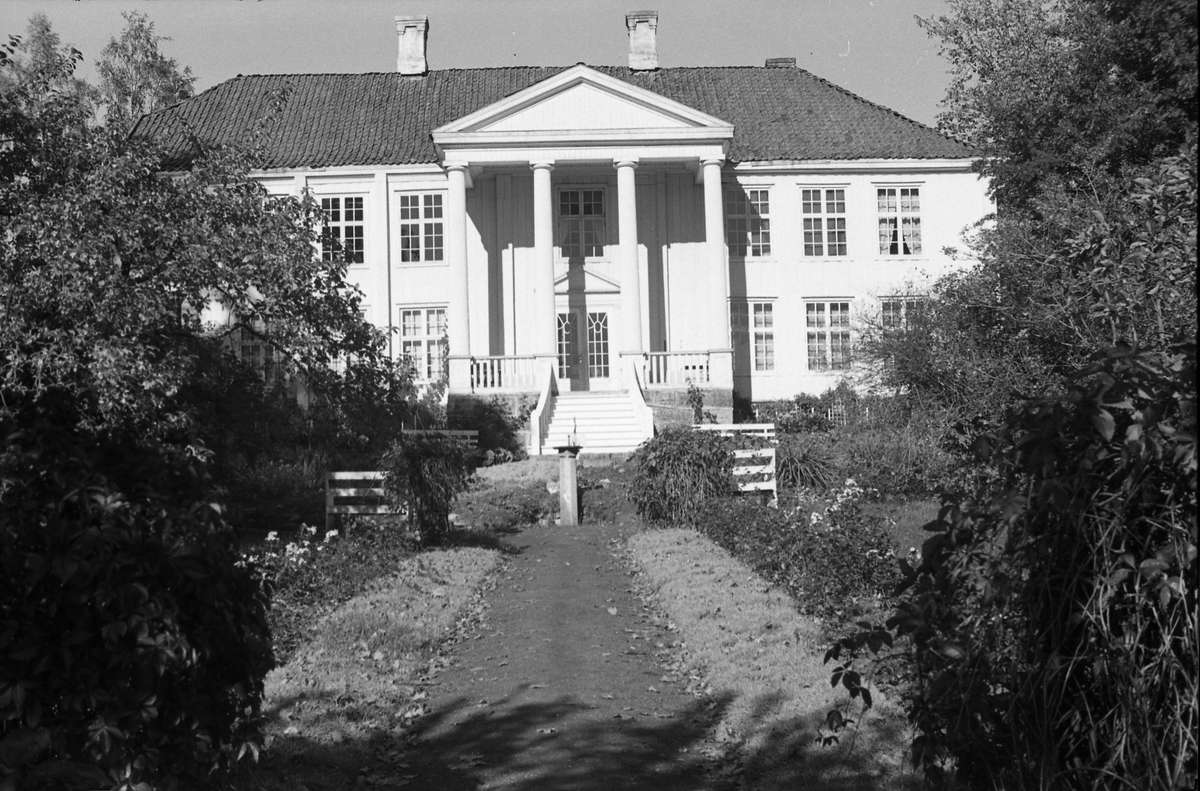 Bygninger på gården Rogneby i Østre Toten. Serie på 12 bilder, hovedsaklig av hovedbygningen.