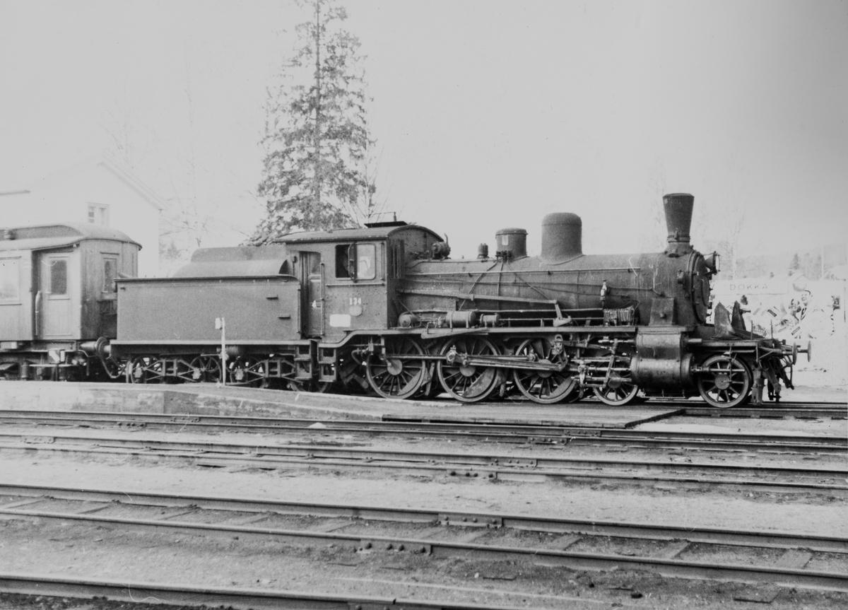 Påsketog på Valdresbanen trukket av damplok type 18c nr. 134 på Dokka stasjon. Dette var da Norges eldste damplok i drift, bygget i 1901.