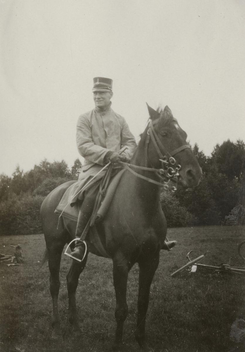 Officerare till häst på övningsfält.