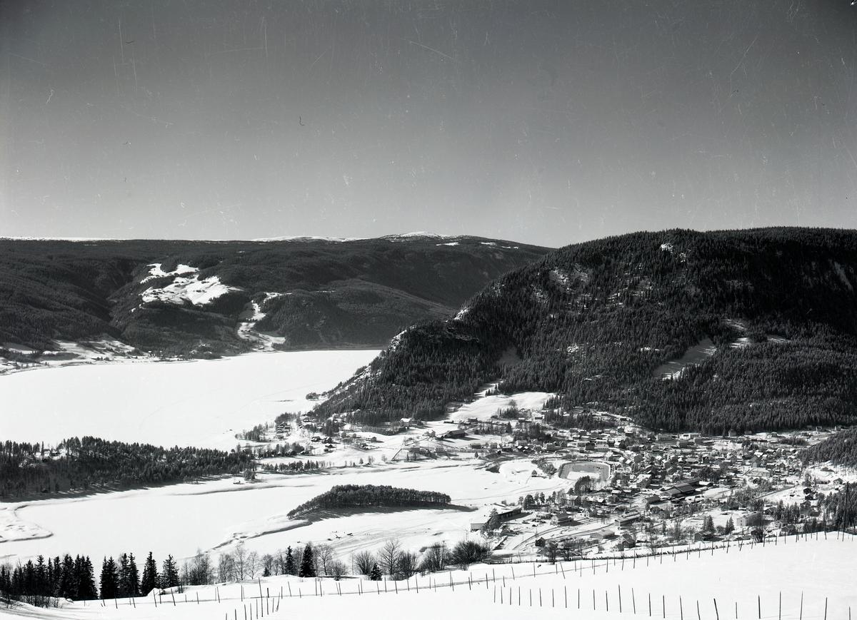 Fagernes sett fra Ranheimsbygda. Fodnesåsen til høyre, Lo og Hovrud midt i bildet til venstre. Strandefjorden er islagt.