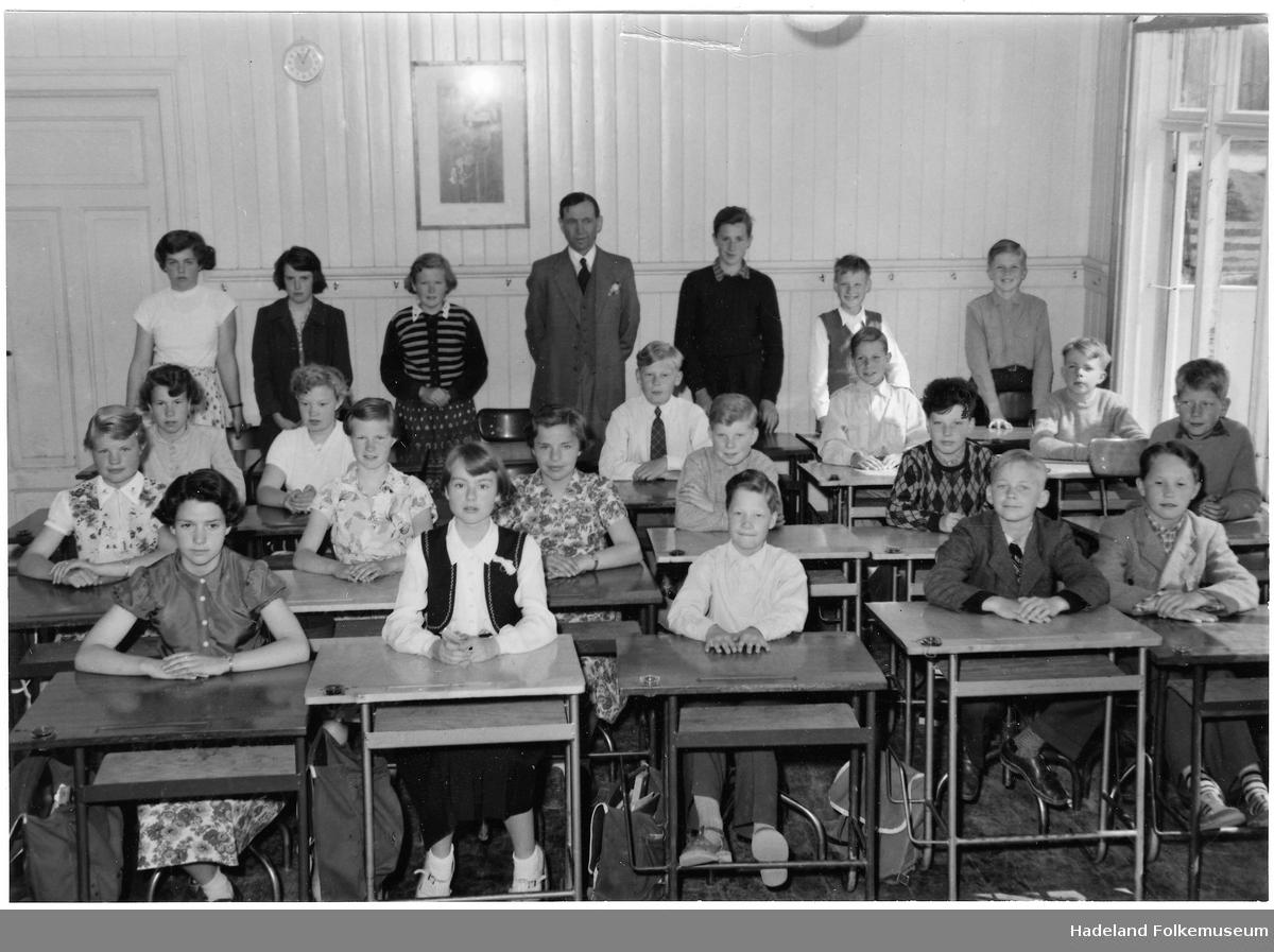 Klassebilde, enten fra Randsfjord eller Jevnaker skole, lærer er Haakon Skøien.