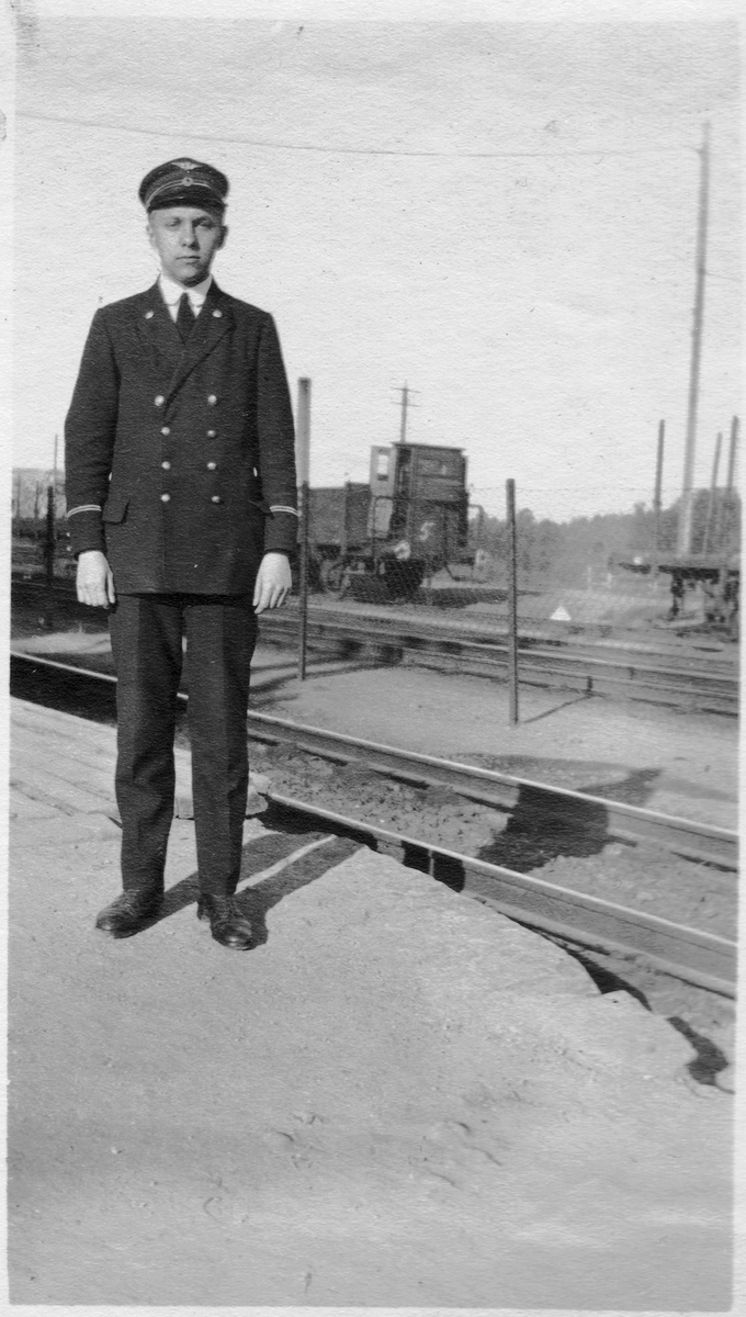 Telegrafist Henrik Arnesen på Grorud stasjon.