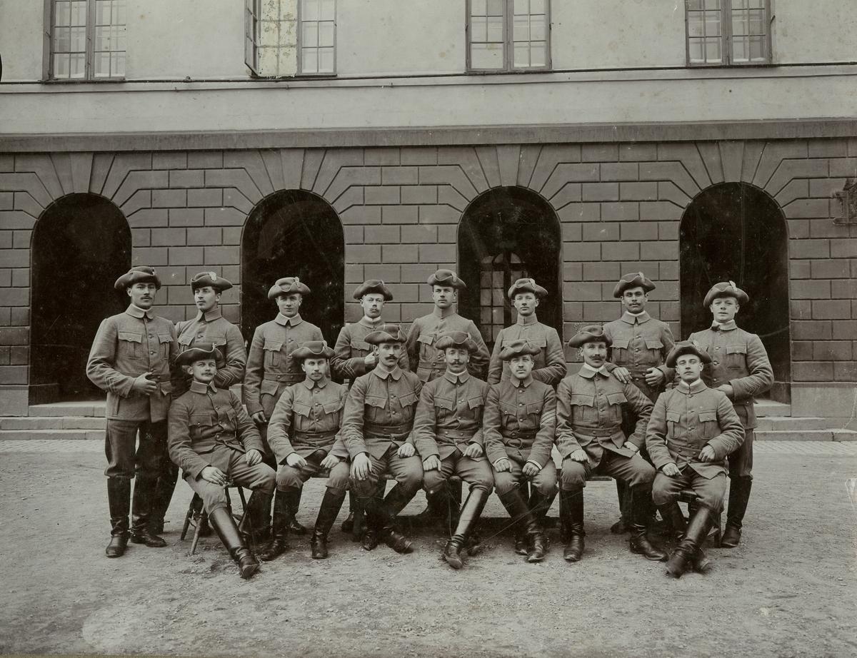 Positionsartilleriregementets 1. konstaplar år 1905. För namn, se bild nr. 2.