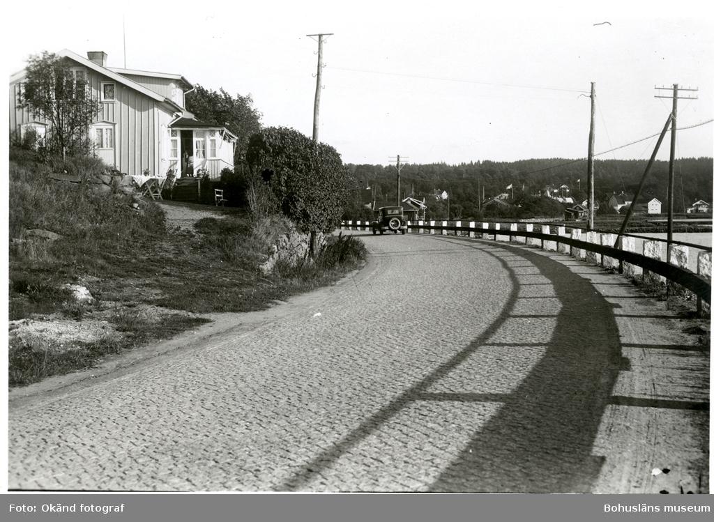 Stenlagd gata med gardister i granit