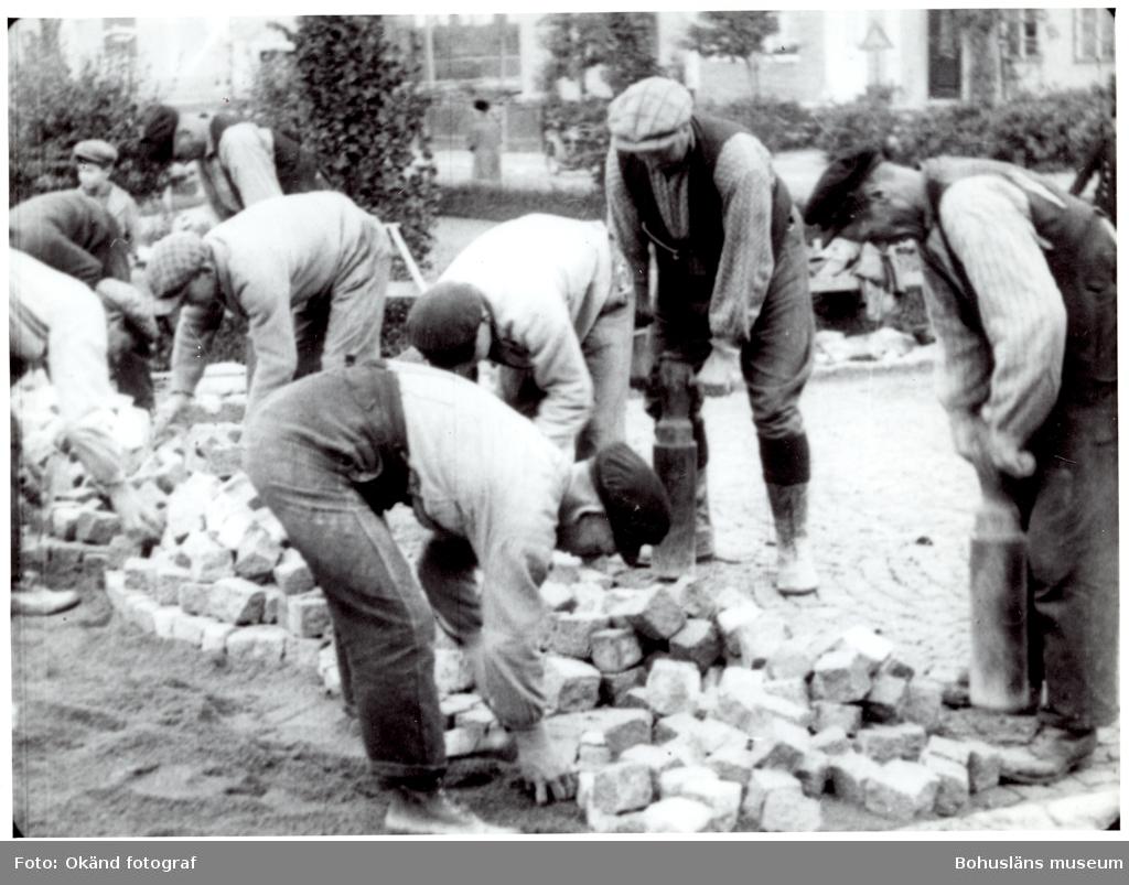Ett arbetslag lägger gatsten