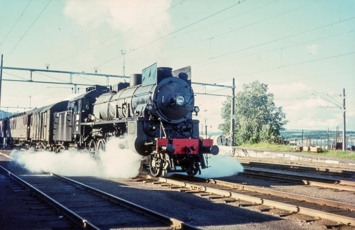 Persontog fra Gjøvik til Oslo Ø på Gjøvik stasjon. Toget trekkes av damplokomotiv type 31b nr. 448. Dette var et av de siste persontog trukket av damplokomotiv før Gjøvikbanen ble åpnet for elektrisk drift.
