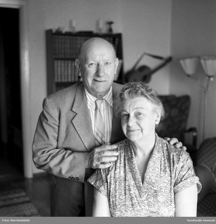 Albert och Tekla Johnsson som bott i USA i 50 år är på besök hemma i barndomens Kubikenborg. De var klasskamrater på Kubikenborgs bolagsskola, emigrerade med ett års mellanrum till samma stat och gifte sig 1912 i sitt nya hemland.