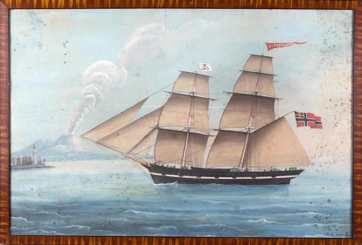 Skipsportrett av brigg NØISOMHED med Napoli i bakgrunnen. Vesuvs er under utbrudd. Fører enkelt mersseil, og har signalflagg med X103, vimpel med skipets navn og norsk flagg med unionsmerke. 8 mann ombord.