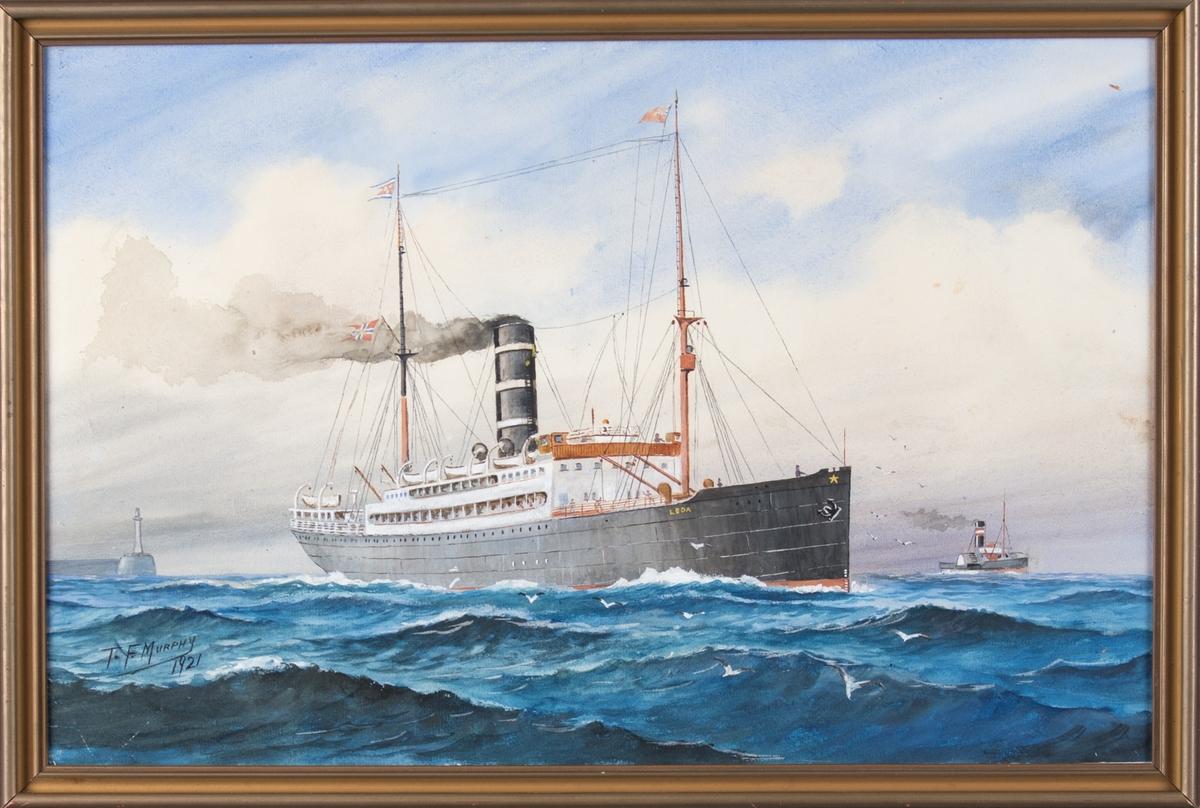 Skipsportrett av DS LEDA utenfor kysten av England. Hvit fyrtårn og molo til venstre i motivet.