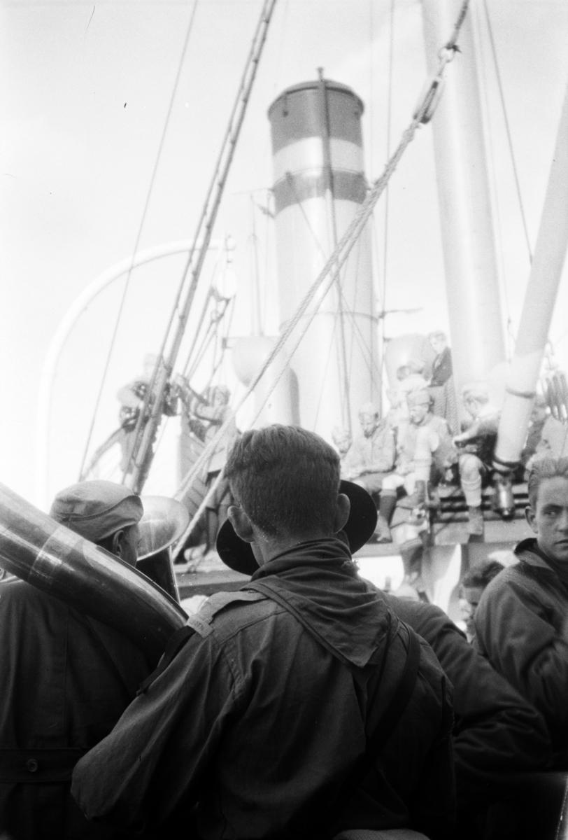"""Landsleir 1928 i Åndalsnes. Speidere ombord i DS """"Mørejarl""""."""