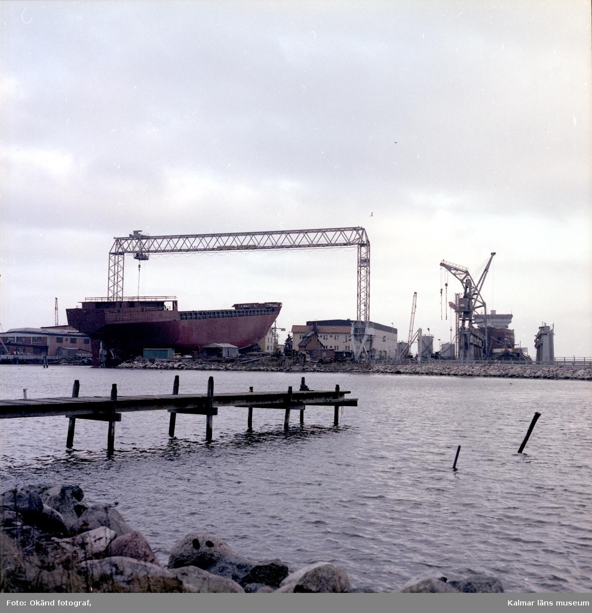 Ett fartyg som byggs under en bockkran på varvet.