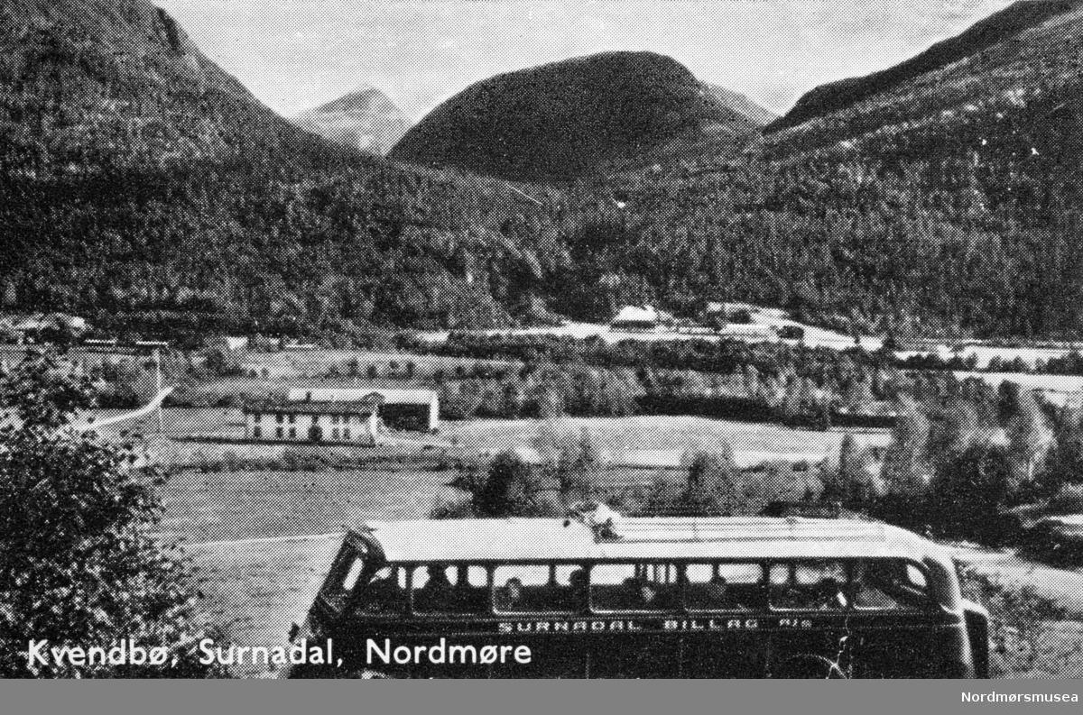 Bildet viser en av to busser Surnadal Billag hadde av merket REO med karosseri fra Brødrene Repstad i Søgne. Dette var 1934- og 1935-modeller.  Disse bussene var ikke lenger i drift på 1950-tallet. (Info: Sveinung Berild).  Kvendbø, Surnadal. Postkort med buss fra Surnadal Billag: Mørelinjen. 1940-tallet.  Landbruksbygd, lån.  Fra Nordmøre museums fotosamlinger.