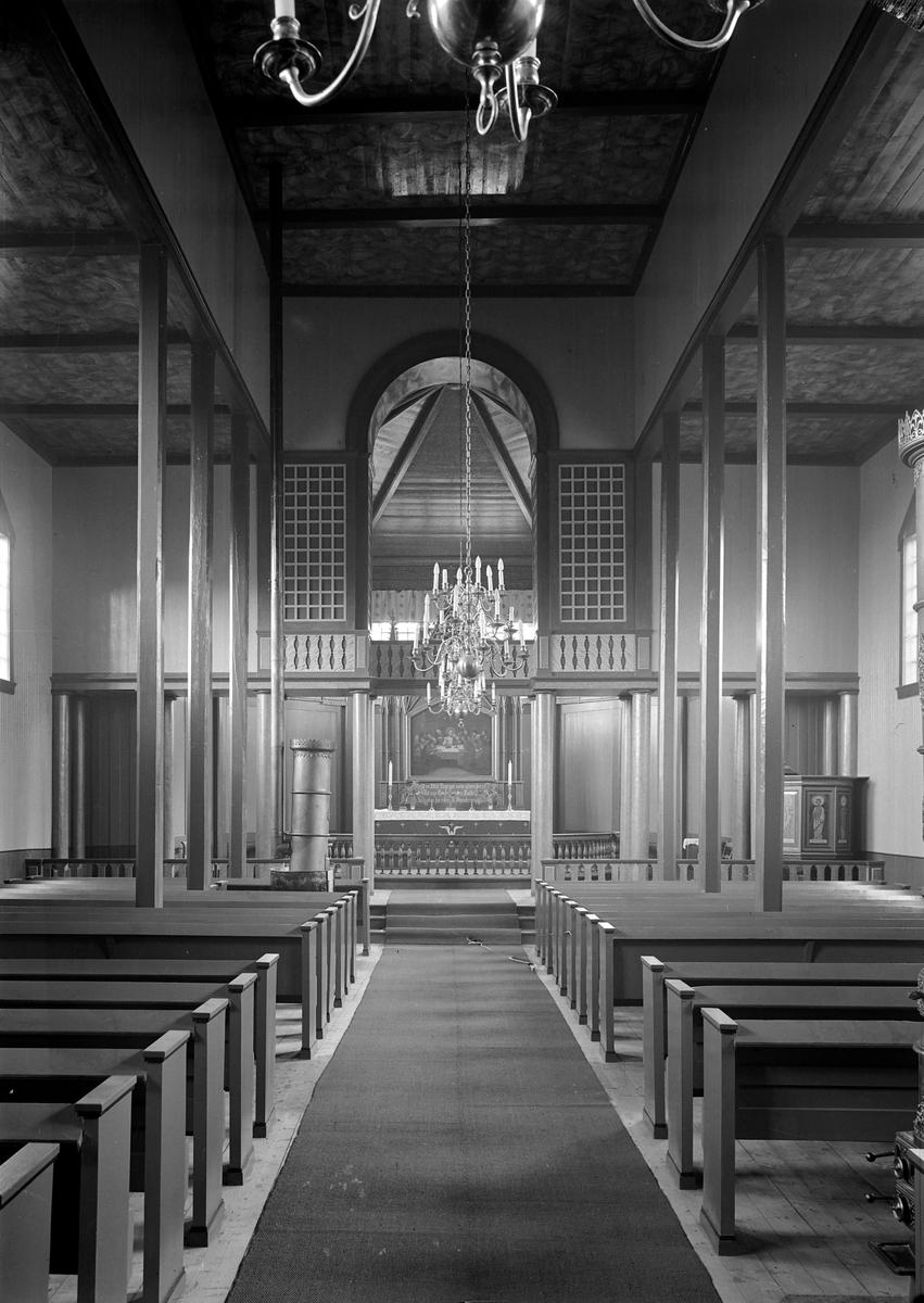 Børsa kirke, interiør etter ombygging i 1935. Fotografert mot øst, med midtgang og alter. Omrammingen rundt altertavlen ble bygget om i 1936 for å tilpasses det nye interiøret, men her er det fortsatt den opprinnelige omrammingen.