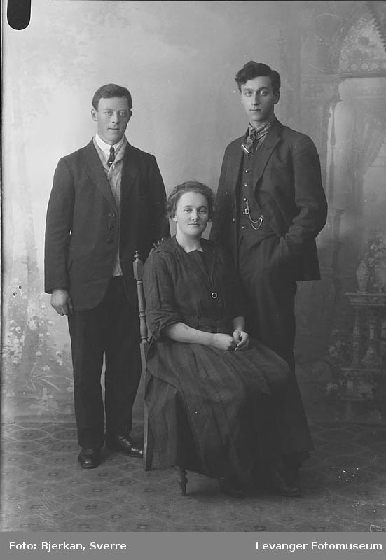 Gruppebilde av to yngre menn og en kvinne. kvinnen er Oline Hegdal