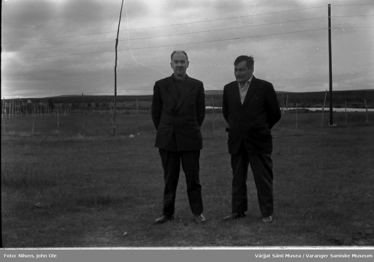 Henrik Ravna til venstre og en ukjent mann stående utendørs. Antageligvis i Kautokeino området. Juli 1967.