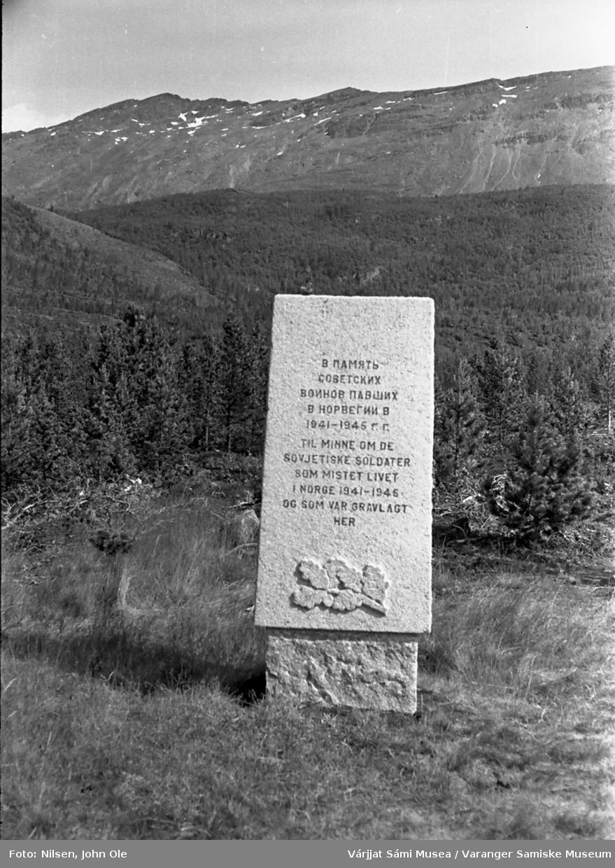 Krigsminnesmerke i Skibotndalen med russisk og norsk tekst. til minne om sovjetiske soldater som falt under krigen og ble gravlagt her. 17. juli 1967