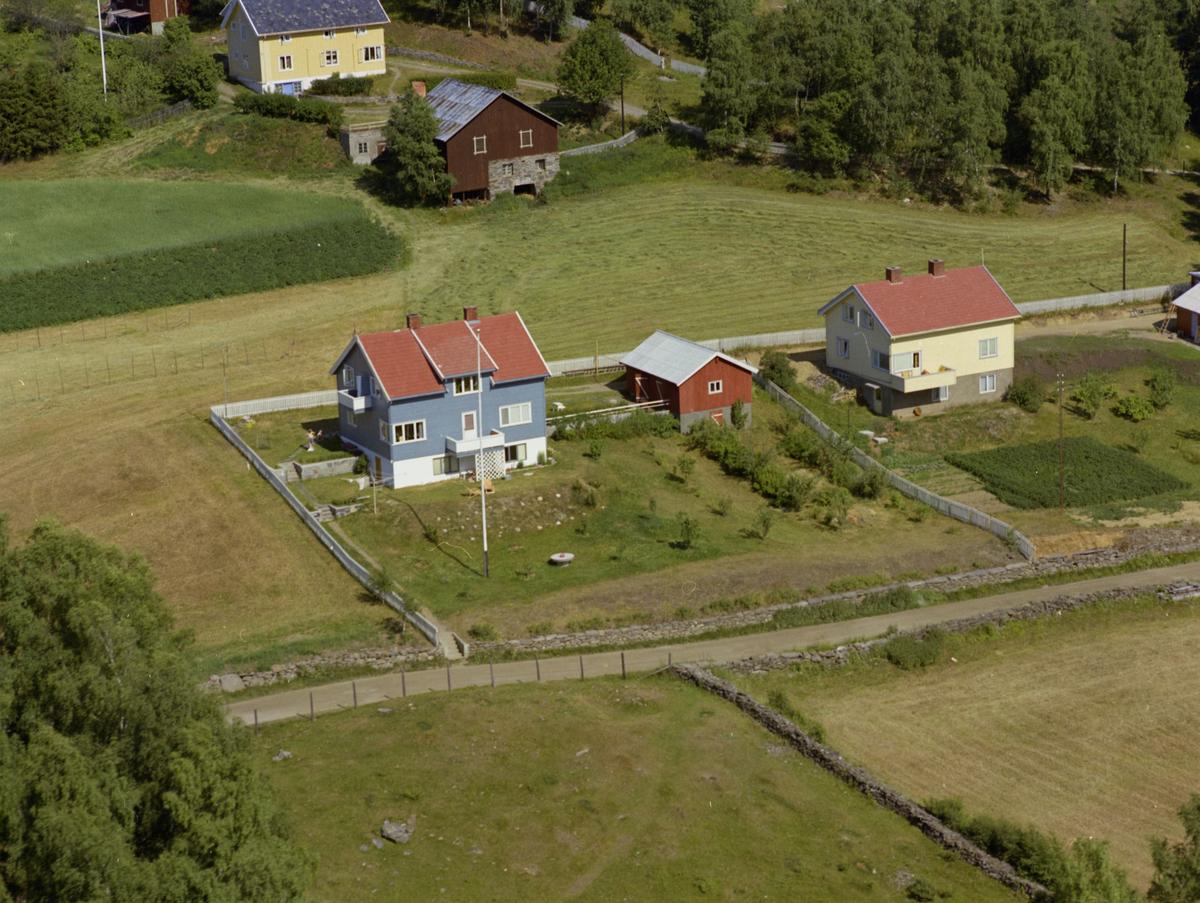Sør-Fron, Hundorp. Et blått og et gult hus. Det blå er Bjørktun i Gamlevegen 68, Hundorp