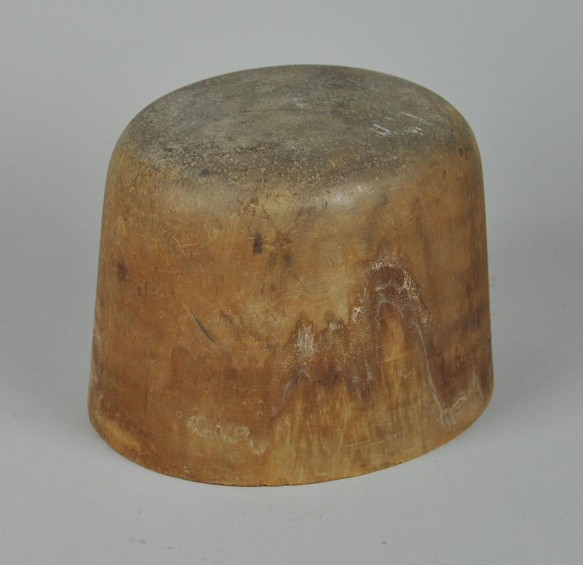 Ovalt sylinderformet hatteblokk med avrundet topp. Det er tre hull på undersiden for skruefeste.
