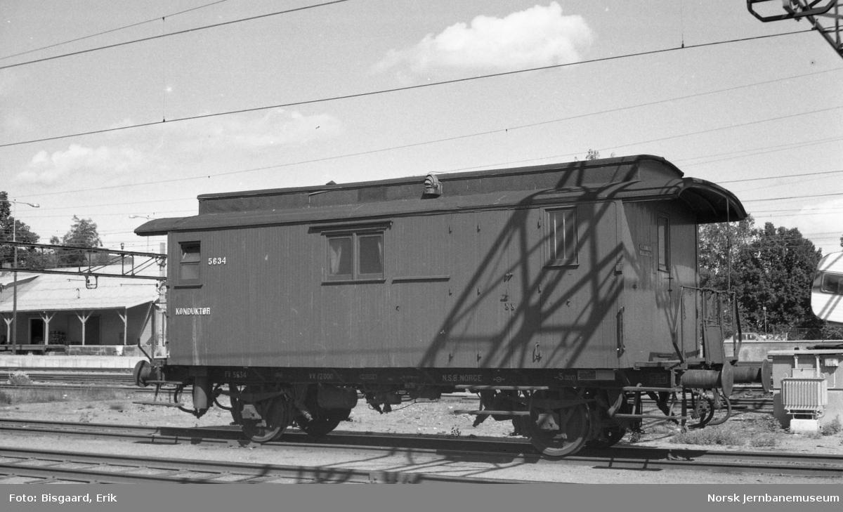 Konduktørvogn litra F nr. 5634 på Ski stasjon