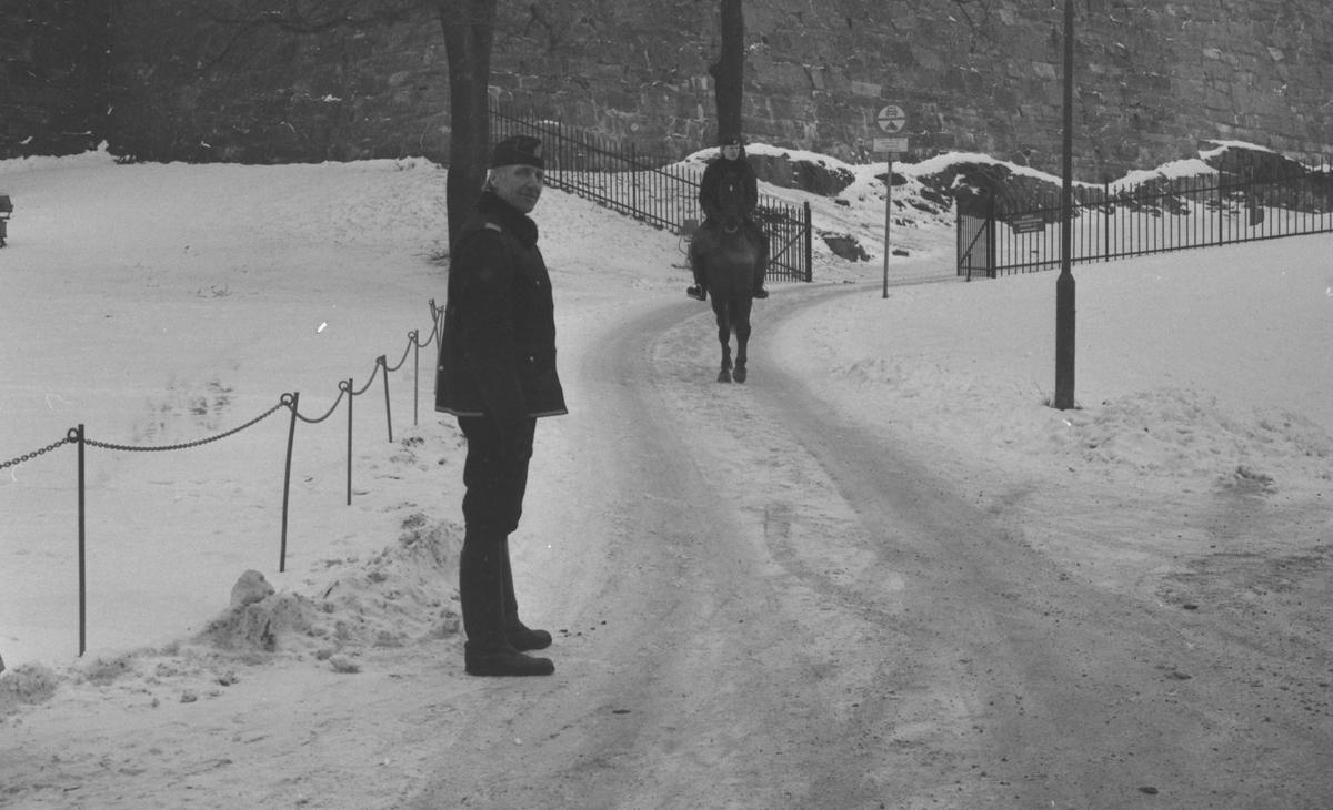 To politimenn og hest ved festningsmur. På hesten politikonstabel Ragnar Kivle. På bakken rytterkorpsets sjef Andreas Trudvang.