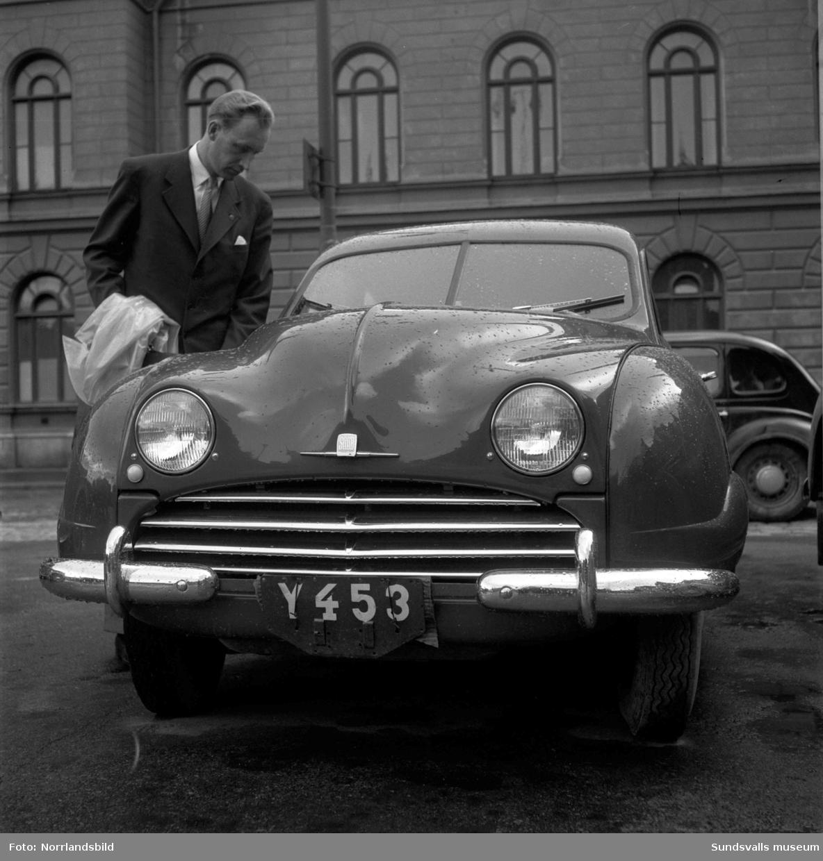En man bredvid en Saab med registreringsnummer Y453 utanför Stadshuset.