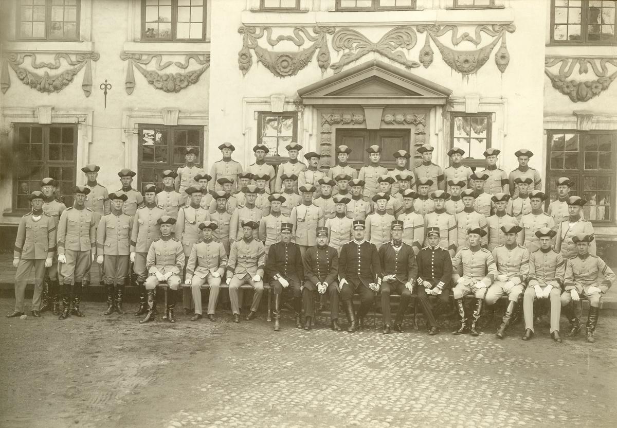 Grupporträtt av utexaminirade elever från krigsskolan 1915. För namn, se bild nr. 3.