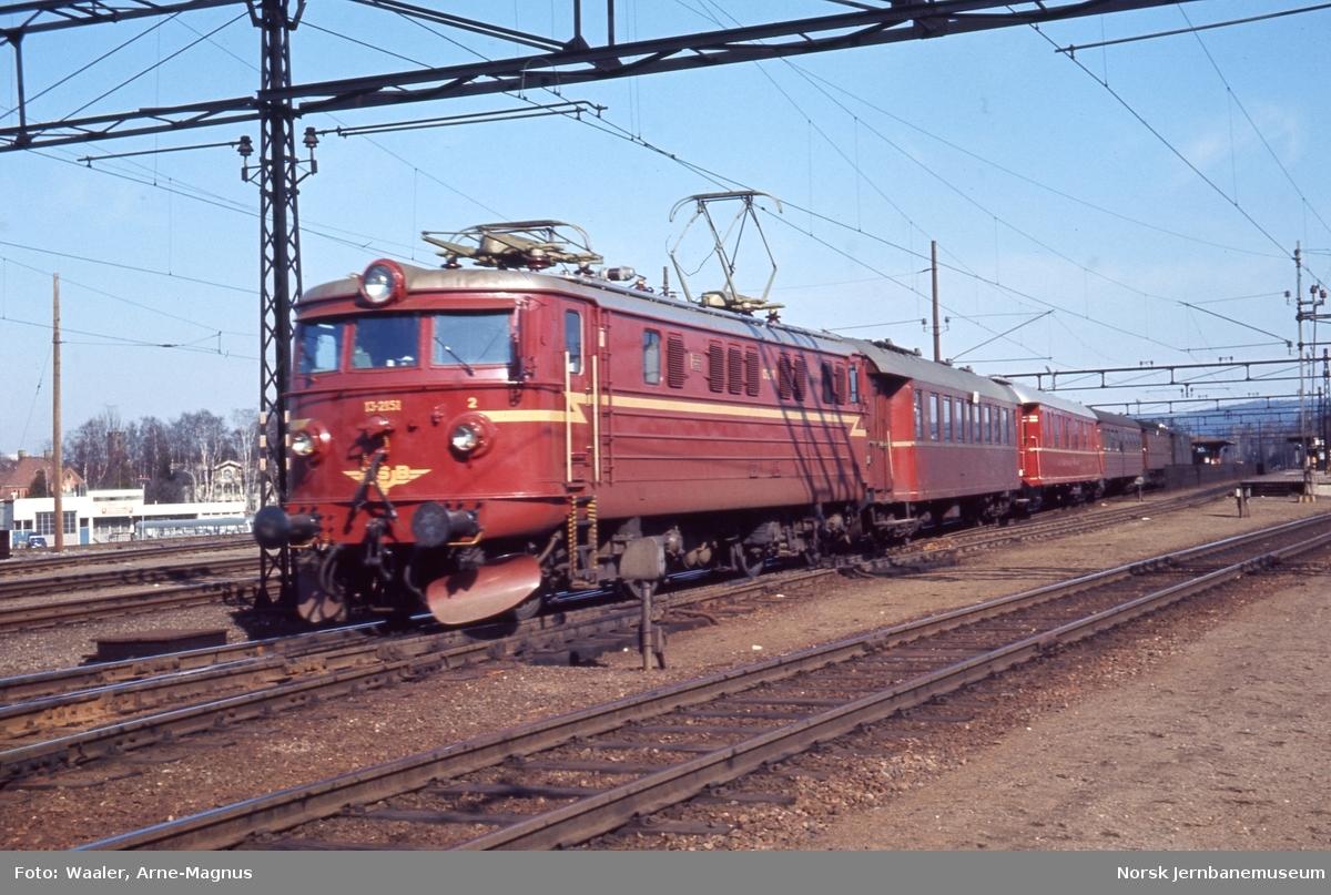 Elektrisk lokomotiv El 13 2151 med persontog på Lillestrøm stasjonn