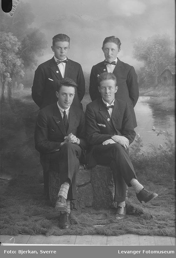 Gruppebilde av fire menn. en av dem heter A Pedersen fornavn ukjent