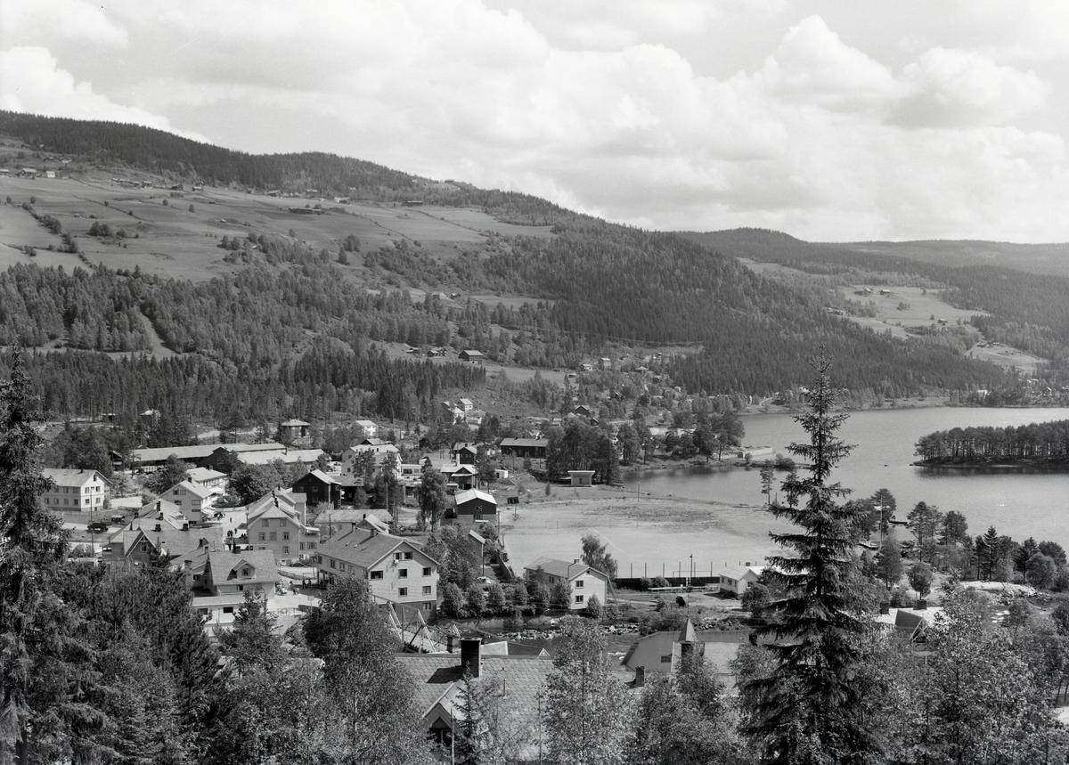 Oversiktsbilde over Fagernes. Idrettsplassen midt i bildet og Vesleøya til høyre.