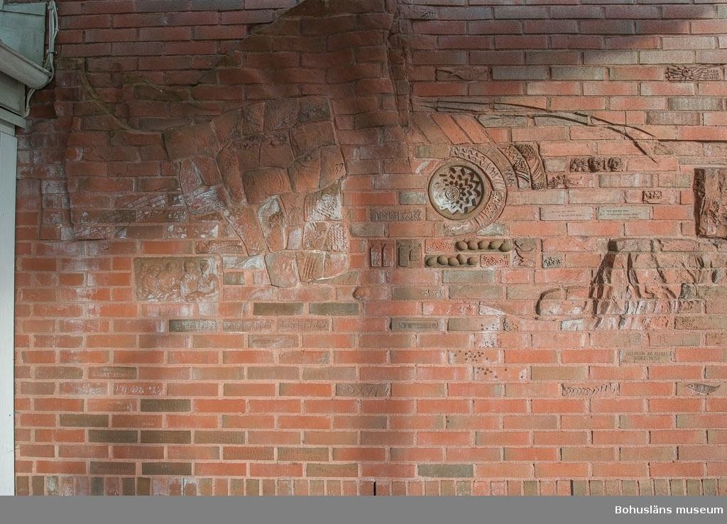 Bildkonst på fasadväggen vid entrén till Bohusläns museum. Motiven skildrar bl.a. de bohuslänska näringarna.