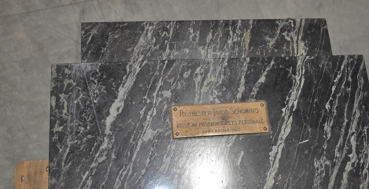 Byste på støtte av marmor.