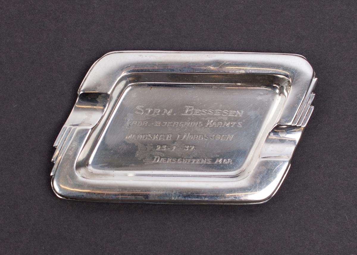 Kuvertaskebeger gitt Bessesen, 1. styrmann på TS LEDA for sin innsats under redningsaksjonen av besetningen på DS KARMT den 23. januar 1937 i Nordsjøen.