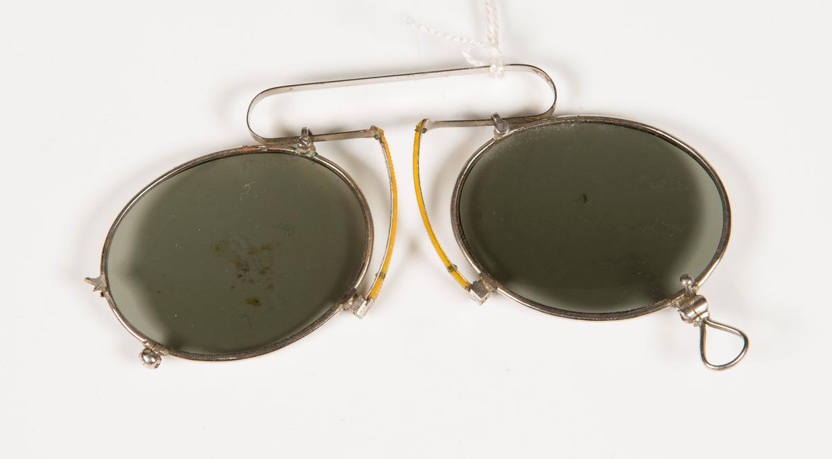 Brille av lorgnett-type med fargete glass.
