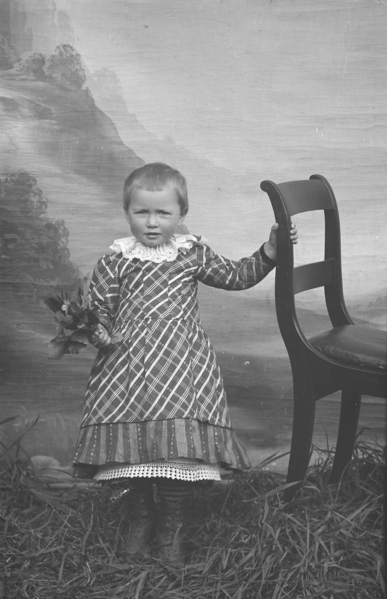 Portrett, lita jente, Oline Klomstadbakkens barn